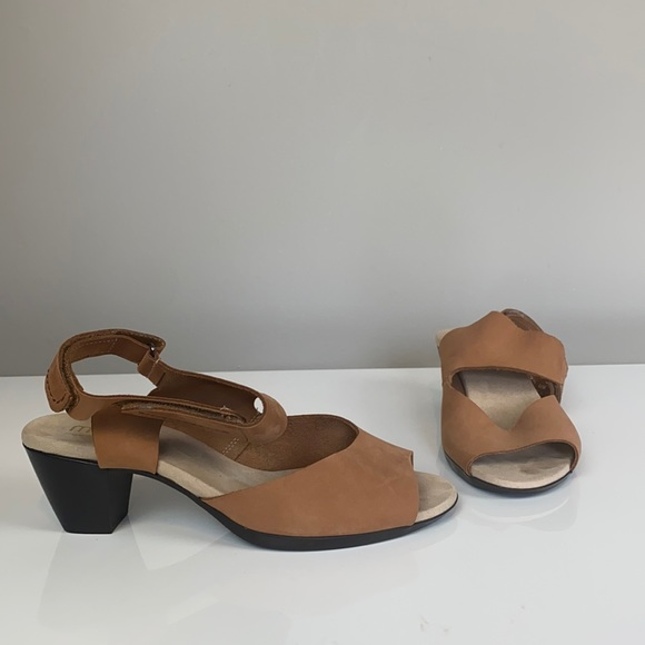 Munro Tan Leather Sandals Size 9.5W